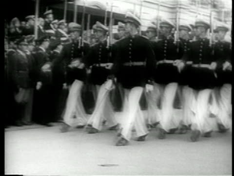 b/w june 4 1946 soldiers marching stiffly in military parade honoring juan peron / buenos aires - 1946年点の映像素材/bロール