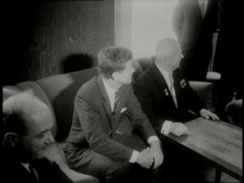 vidéos et rushes de june 4, 1961 montage jfk sitting down and talking to nikita khrushchev while reporters gather and take pictures / vienna, austria - john fitzgerald kennedy