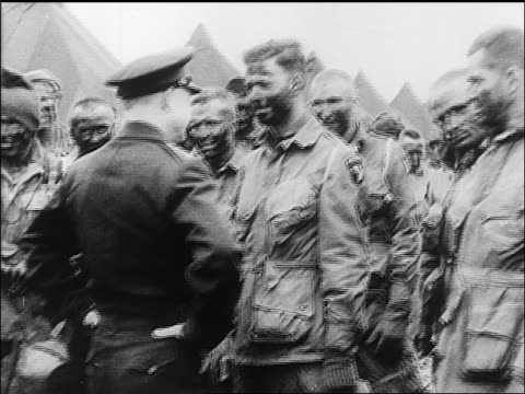 vídeos y material grabado en eventos de stock de b/w june 5 1944 general eisenhower smiling talking to dirty paratroopers on eve of dday / europe - soldado paracaidista