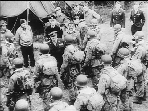 vídeos y material grabado en eventos de stock de b/w june 5 1944 high angle general eisenhower walking past line of paratroopers on eve of dday / europe - soldado paracaidista