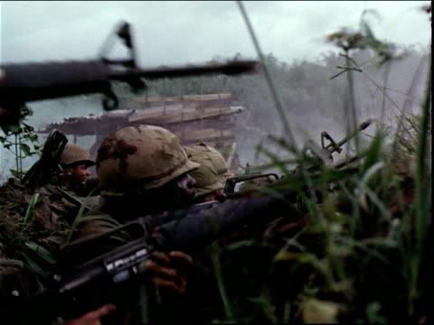 june 5, 1966 american soldiers firing machine guns from a foxhole during the vietnam war / dak to, vietnam - guerra del vietnam video stock e b–roll