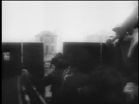 vídeos de stock, filmes e b-roll de b/w june 6 1944 soldiers exiting landing craft at normandy france / dday / documentary - navio de desembarque de doca