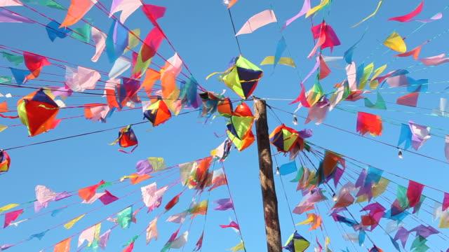 vidéos et rushes de fête de campagne du brésilien de juin décorée avec des drapeaux colorés - banderole signalisation