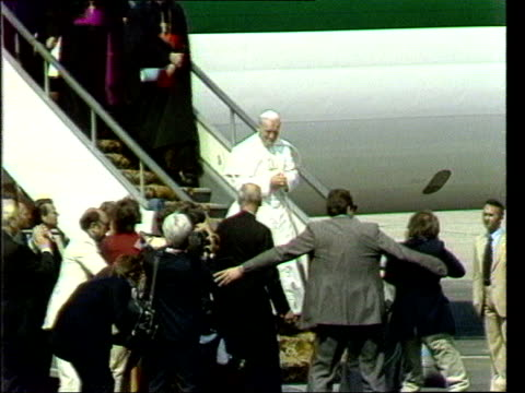 vídeos de stock e filmes b-roll de june; in 1979 pope john paul ii visited poland lib poland: warsaw: ext pope john paul ii arriving, kissing ground at airport as steps off plane /... - polónia
