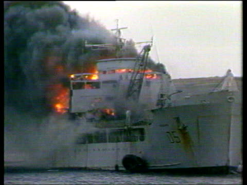 stockvideo's en b-roll-footage met june in 1982 the falklands war came to an end troops firing battery gun / planes flying overhead bluff cove 'sir galahad' on fire following argentine... - falklandeilanden
