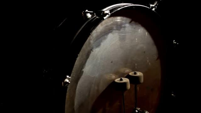 vídeos y material grabado en eventos de stock de junge frau spielt schlagzeug - frau