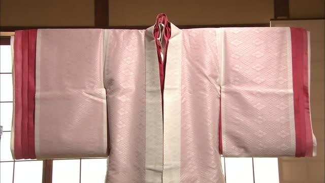 vídeos y material grabado en eventos de stock de juni-hitoe, traditional japanese clothes - estar colgado