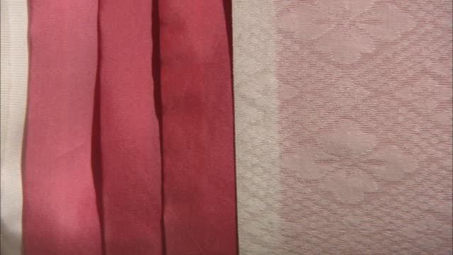 vídeos de stock e filmes b-roll de juni-hitoe, traditional japanese clothes - cor creme