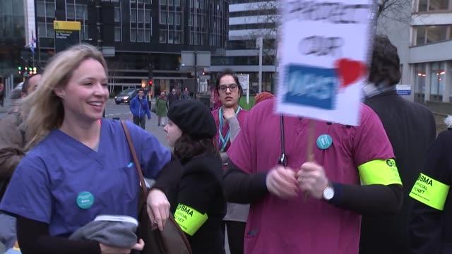 junior doctors' strike: picket line at st thomas' hospital; england: london: st thomas' hospital: ext picket line outside hospital / sign 'hunt's... - fototermin stock-videos und b-roll-filmmaterial