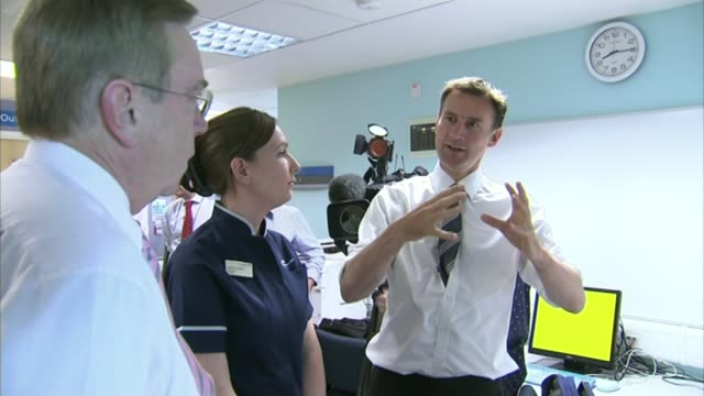 junior doctors vote to strike lib / 1362014 university college hospital photography*** jeremy hunt mp chatting to medical staff during hospital visit... - 政治家 ジェレミー ハント点の映像素材/bロール