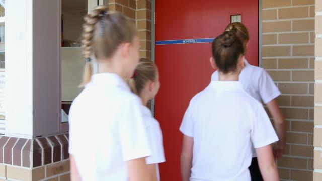 vídeos y material grabado en eventos de stock de alumnas de secundaria que llegan a la clase - estudiante de bachillerato chica