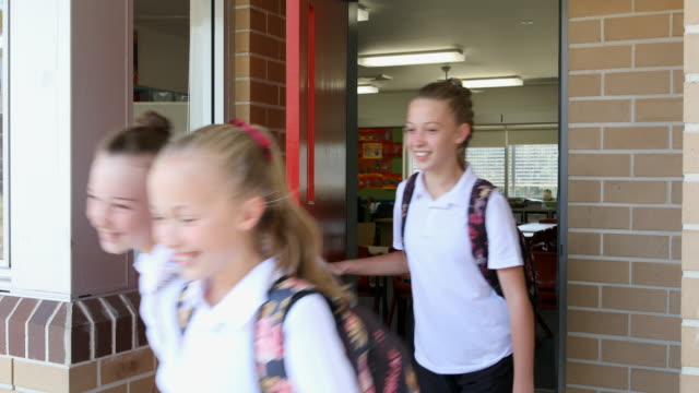 stockvideo's en b-roll-footage met junior high school girl studenten verlaten van klasse - middelbare scholiere