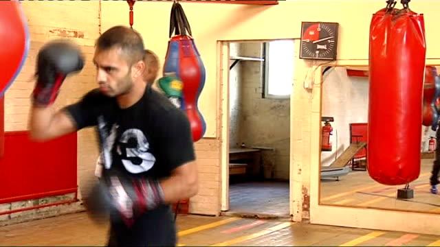 vídeos de stock, filmes e b-roll de junior witter training session; england: sheffield: int junior witter training with punchbag in gym - lightweight