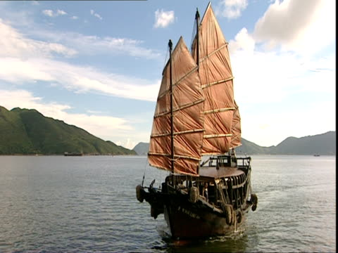 vidéos et rushes de tu, ws, junk sailing in harbor, hong kong, china - jonque