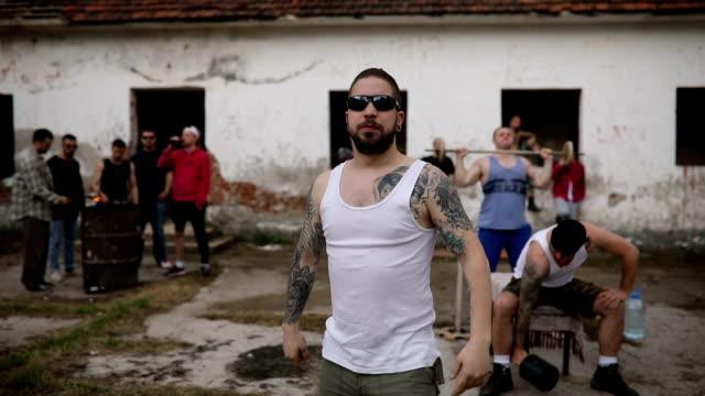 junkies und unzufrieden verbrecher - mut stock-videos und b-roll-filmmaterial