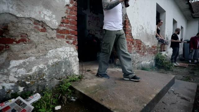 中毒と不機嫌な犯罪者 - チンピラ点の映像素材/bロール