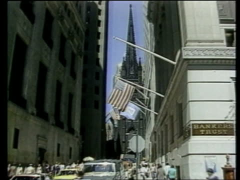 vídeos de stock, filmes e b-roll de new york wall street cs us flag pull out wall st cms 'wall st' sign dec 1988 ms three financiers cms tv crew cms financiers comment sof that deal is... - wall street