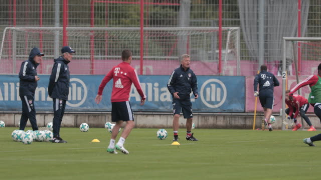vídeos de stock, filmes e b-roll de jupp heynckes returns to bayern muenchen as head coach on october 09 2017 in munich germany training - alta baviera