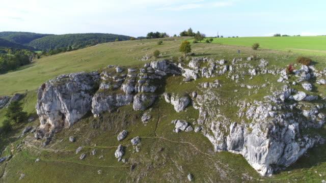 stockvideo's en b-roll-footage met jura rotsen van de frankische jura vorming in beieren - jura mesozoïcum