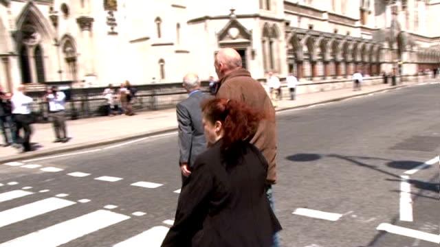 vídeos y material grabado en eventos de stock de juror prosecuted for contacting defendant on facebook; england: london: ext slow motion joanne fraill across zebra crossing to high court jamie... - rodear