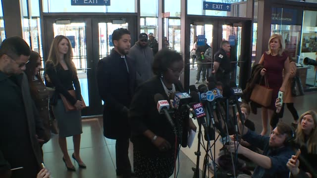 stockvideo's en b-roll-footage met wgn jussie smollett's lawyer patricia brown holmes speaks with members of the media after a hearing with smollett where in a stunning reversal... - aanklager rechtszaak