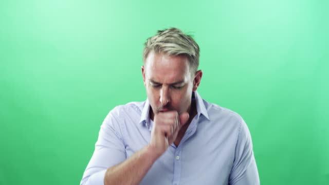 vídeos de stock, filmes e b-roll de só tosse ou algo mais sério? - bronquite