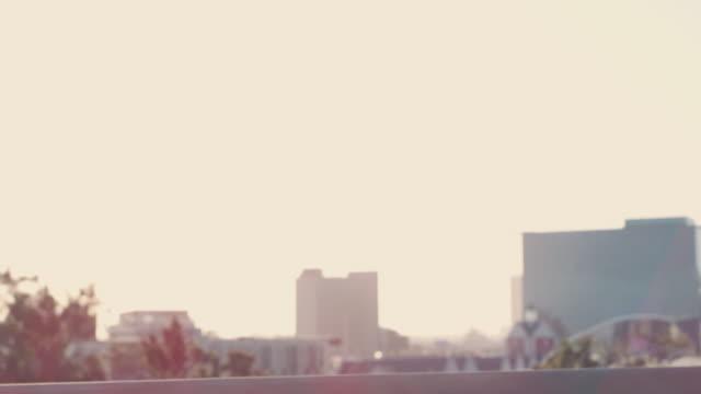 vidéos et rushes de juste un gars moderne vivant dans une ville moderne - cartable