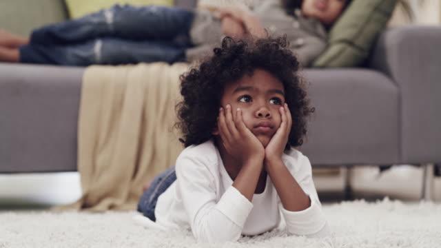 vídeos de stock, filmes e b-roll de apenas um fim de semana típico em casa - cabelo encaracolado