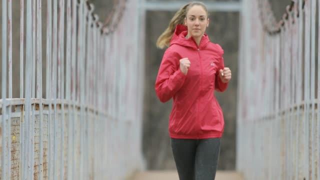 nur eine frau laufen - joggerin stock-videos und b-roll-filmmaterial