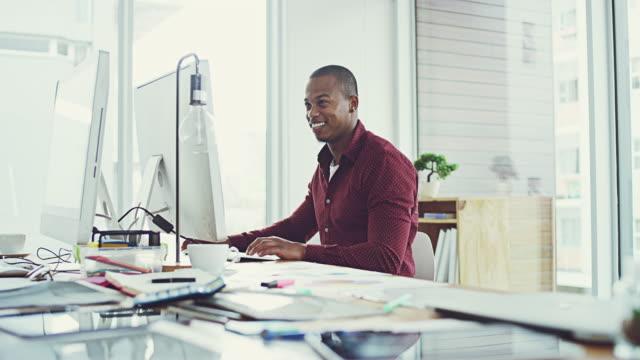vídeos de stock, filmes e b-roll de apenas mais um dia no escritório - designer profissional