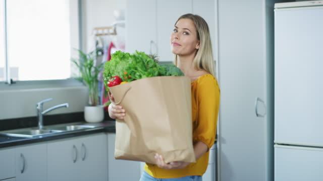vídeos de stock e filmes b-roll de just another happy greengrocer! - saco objeto manufaturado