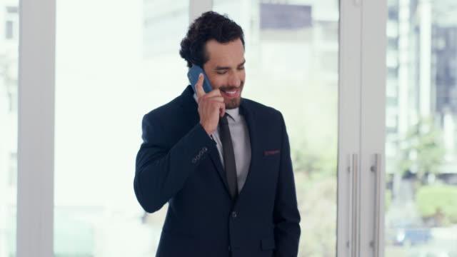 vídeos de stock, filmes e b-roll de basta ligar se precisar de algum conselho de negócios. - só um homem