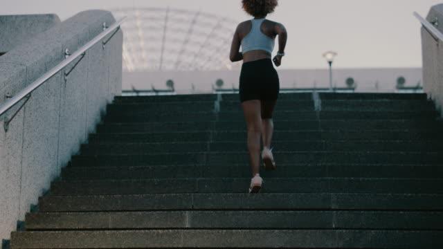 vídeos de stock, filmes e b-roll de continue correndo em direção aos seus objetivos - escadaria