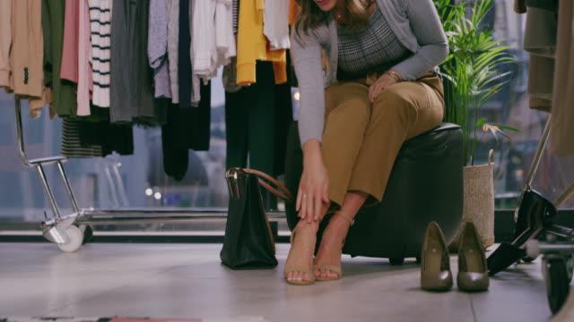 vídeos y material grabado en eventos de stock de al igual que la zapatilla de cristal de cenicienta, ¡estos zapatos son perfectos! - tienda de ropa