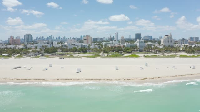 vídeos y material grabado en eventos de stock de just one day before restrictions were lifted we captured the empty miami beach to show the stark contrast in 24 hours. the lifeguard towers are empty... - condado de miami dade
