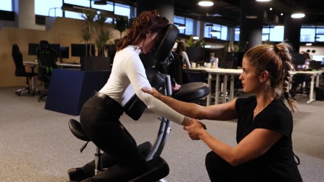 vídeos de stock e filmes b-roll de just relax and breathe. do you feel the pressure? - dor no pescoço