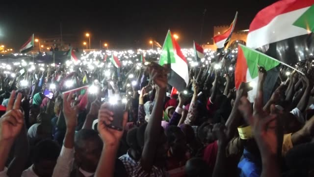 vídeos de stock, filmes e b-roll de just ten days after sudan's president omar al bashir was ousted in a military coup talks between the country's military leaders and protesters have... - sudão