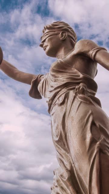 stockvideo's en b-roll-footage met het standbeeld en de wolkentijd verstrijken verticale video van de rechtvaardigheid - messing about