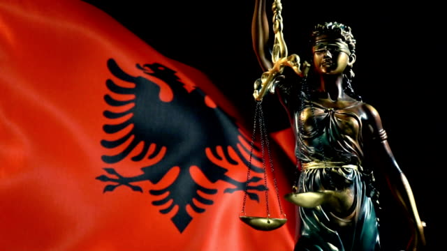 justizstatue mit albanischer flagge - osteuropäische kultur stock-videos und b-roll-filmmaterial