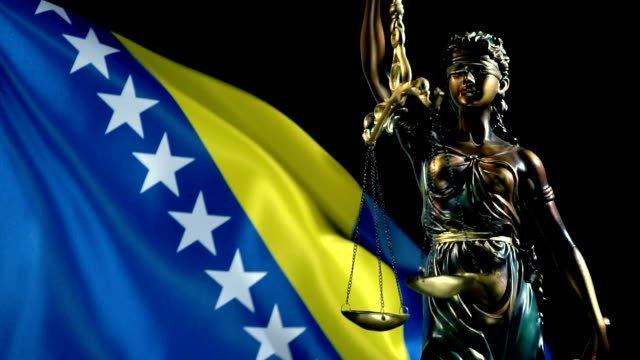 與波士尼亞和黑塞哥維那國旗的司法雕像 - 波斯尼亞 赫塞哥維納 個影片檔及 b 捲影像