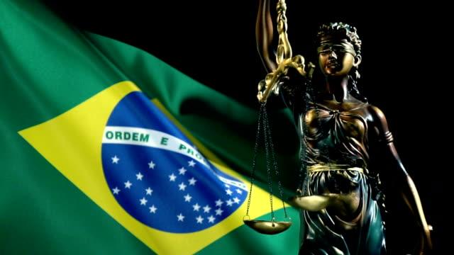 vídeos y material grabado en eventos de stock de estatua de la justicia con falg brasileño - jurado derecho