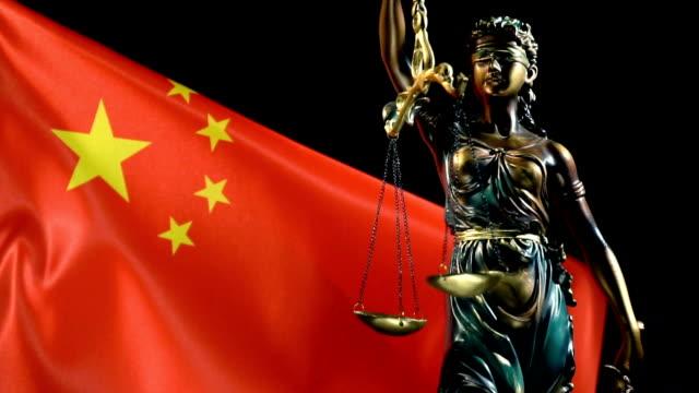 stockvideo's en b-roll-footage met justitie standbeeld met chinese vlag - wet