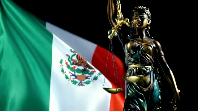 justizstatue mit mexikanischer flagge - mythologie stock-videos und b-roll-filmmaterial