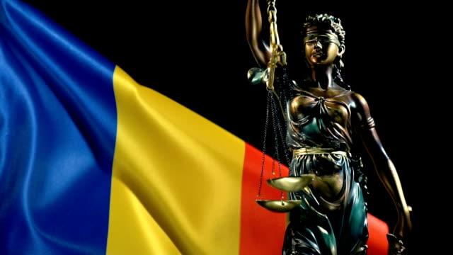 justizstatue mit rumänischer flagge - mythologie stock-videos und b-roll-filmmaterial
