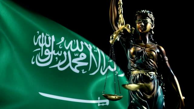 vídeos y material grabado en eventos de stock de estatua de la justicia con bandera de arabia saudita - social justice concept