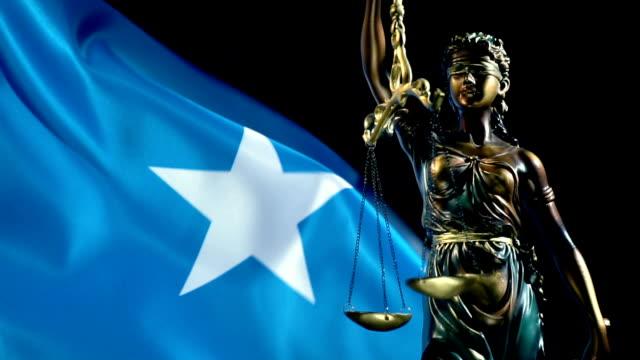 ソマリア国旗を持つ正義の像 - アフリカの角点の映像素材/bロール