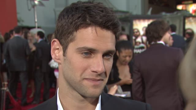 justin bartha on the movie on shooting in vegas on what's next at the 'the hangover' premiere at hollywood ca - una notte da leoni video 2009 video stock e b–roll