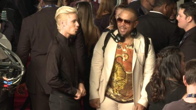 stockvideo's en b-roll-footage met justin bieber and timbaland at the 58th annual grammy awards® arrivals at staples center on february 15 2016 in los angeles california - 58e grammy awards