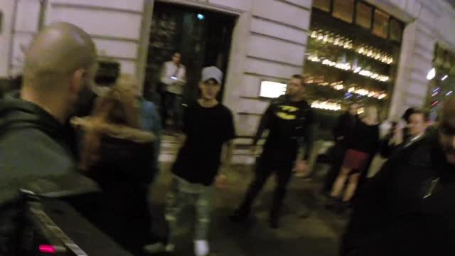 stockvideo's en b-roll-footage met justin bieber at roka restaurant on october 21 in london, england. - beroemdheden gespot