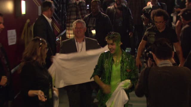 justin bieber backstage after being slimed at nickelodeon's 25th annual kids' choice awards on 3/31/12 in los angeles ca - nickelodeon kid's choice awards video stock e b–roll